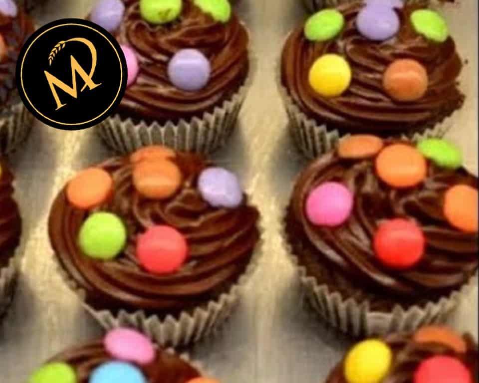 Schokoladen Cupcake mit Smarties - Rezept Marcel Paa